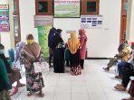 warga-saat-datangi-kantor-dinsos-p3a-kabupaten-tuban.jpg