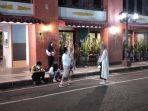 warga-yang-beraktivitas-di-jalan-tunjungan-surabaya.jpg