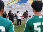 wawali-surabaya-armuji-saat-menemui-para-pemain-persebaya-latihan-di-stadion-10-november-tambaksari.jpg