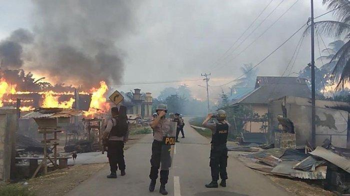 56 Rumah Warga Terbakar Akibat Bentrokan Antar Pemuda dari 2 Desa di Buton