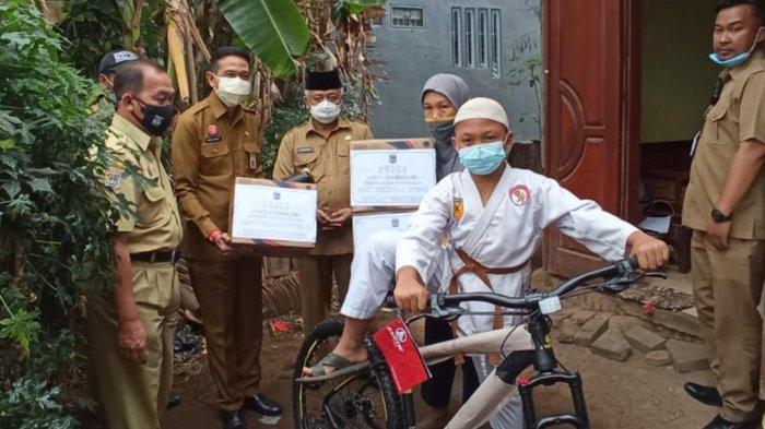 Bupati Malang Sanusi Beri Hadiah Sepeda Pancal ke Bocah Kepanjen Juara Karate Aditya Saiful Anam