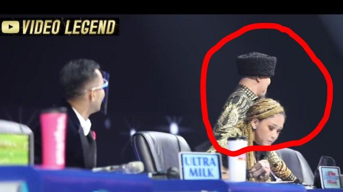 Ahmad Dhani duduk di samping Maia Estianty