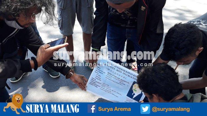 Soroti Kasus Korupsi e-KTP, Demonstran Bakar Kertas Gambar KTP di Kota Malang