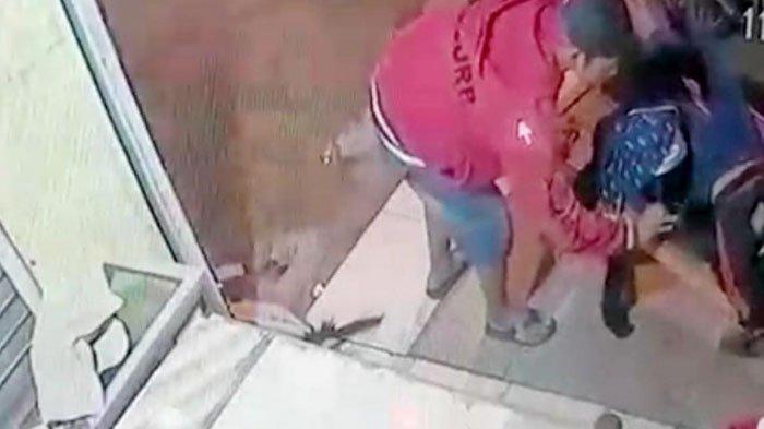 Aksi Pencurian Motor Satria dan Ponsel Terekam CCTV di Mojokerto