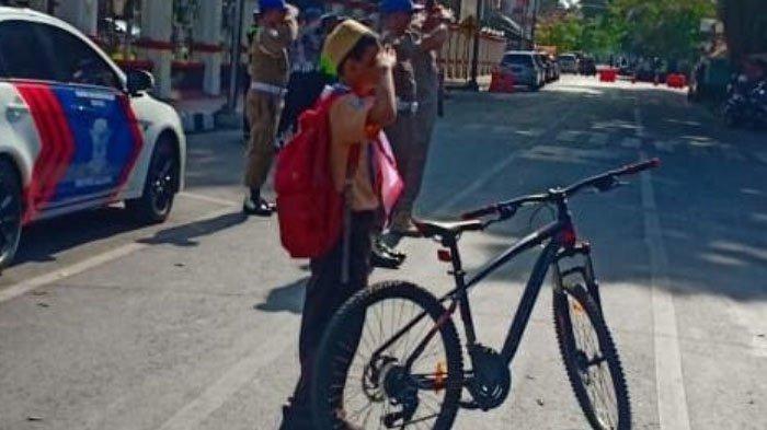 Fakta di Balik Foto Viral Remaja Berseragam Pramuka Hormat Bendera Saat Hari Pahlawan di Blitar