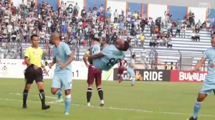 VIDEO : Aksi Akrobatik Striker Persela Lamongan Usai Jebol Gawang PSM Makassar
