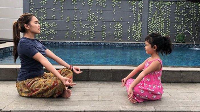 Ayu Ting Ting dan Bilqis yang sedang yoga di Villa pribadinya