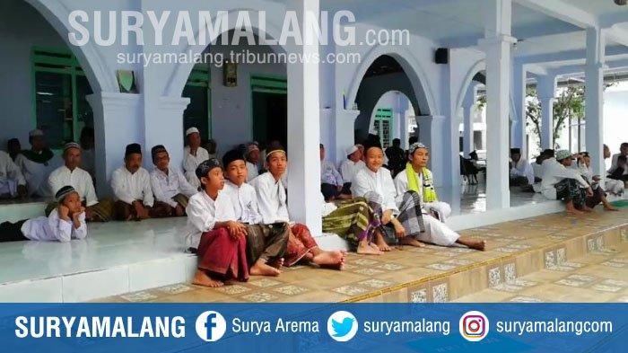 Aktivitas santri di Pondok Pesantren Miftahul Falahil Mubtadiin seusai sholat, Kamis (14/3/2019).