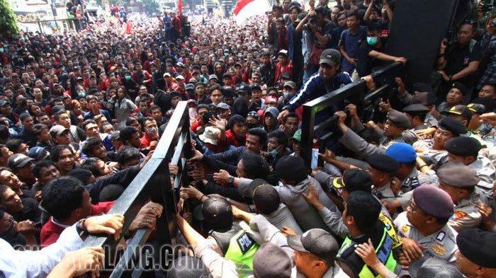 Mahasiswa Demo di DRPD Kota Malang Sesumbar Begini: Kalau Taman Rusak, Ganti Pakai Uang Kami!