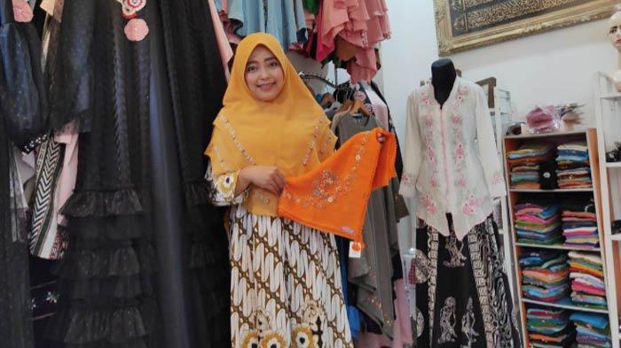 Nurul Hidayati, pemilik Almira Handmade, salah satu UMKM di Kota Malang yang bergerak di bidang fashion