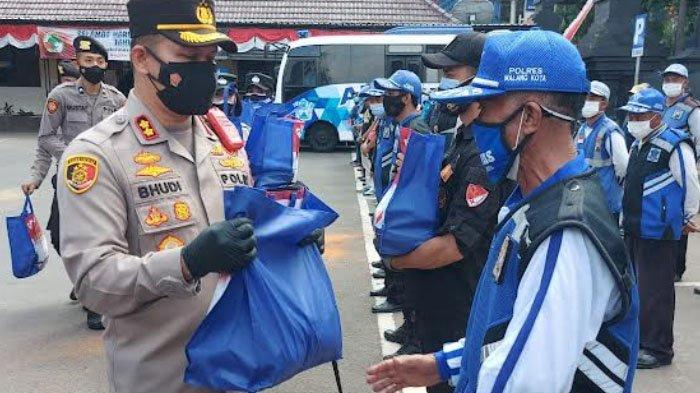 Alumni Akpol Tahun 2000 Batalyon Sanika Satyawada membagikan bansos bagi warga Kota Malang terdampak pandemi Covid-19, Rabu (25/8/2021).