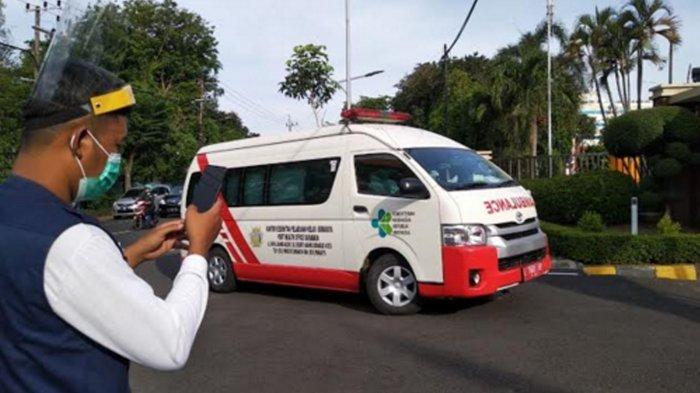 Mobil Ambulance Kantor Kesehatan Pelayanan Kelas I Surabaya usai mengantar para TKI untuk di karantina di Rumah Sakit Lapangan Indrapura Kota Surabaya