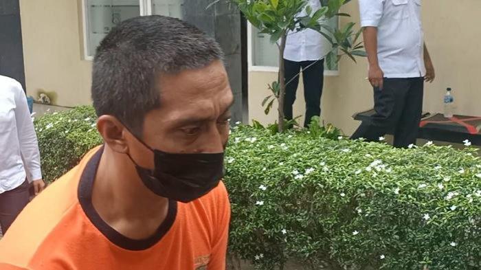 Anang Harun Syah (42) menjual istrinya kepada pria hidung belang untuk disetubuhi.