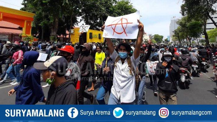 Ratusan Anak - Pelajar Diamankan dalam Aksi Demo Menolak UU Omnibus Law Cipta Kerja di Surabaya