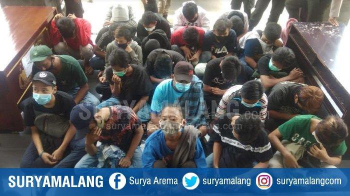 Sekelompok pemuda yang diduga kelompok Anarcho Syndicalsme saat diamankan di Mapolrestabes Surabaya, Kamis (8/10/2020)