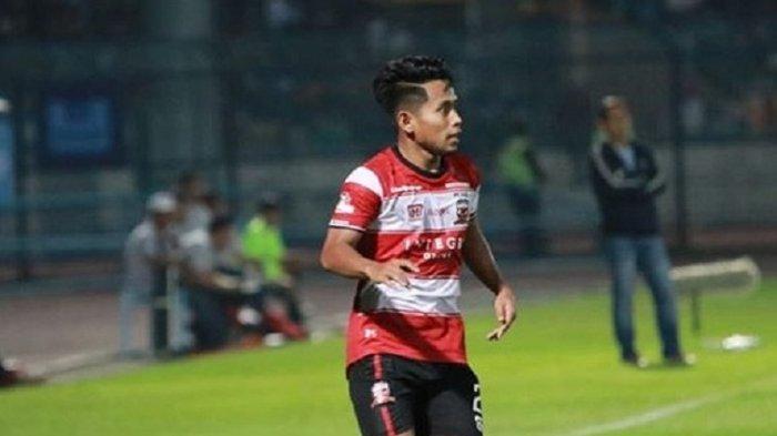 Setelah Madura United Vs Arema FC Berakhir, Andik Vermansah Langsung Cari Ibunya di Tribun VIP SGMRP