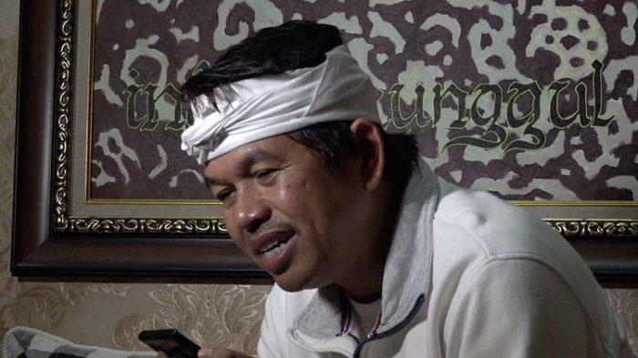 Anggota DPR RI Dedi Mulyadi saat menelepon Akbar, remaja pemulung yang membaca Al Quran di emperan toko Kota Bandung dan fotonya viral, Kamis (5/11/2020).