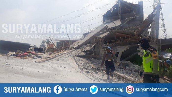 Wanita Ini Gendong 2 Anaknya Sebelum Rumahnya Tertimpa Reruntuhan Bangunan Ponpes Al Azhar, Gresik