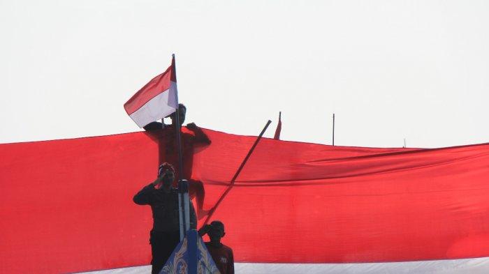 Polisi, Tentara dan Nelayan Kibarkan Bendera 5 x 200 Meter di Pesisir Lamongan - anggota-polres-lamongan-mengibarkan-bendera-merah-putih_20180810_201655.jpg