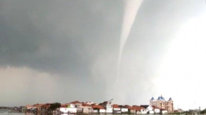 Angin Puting Beliung Terekam Video Viral di Desa Karanganyar, Sumenep