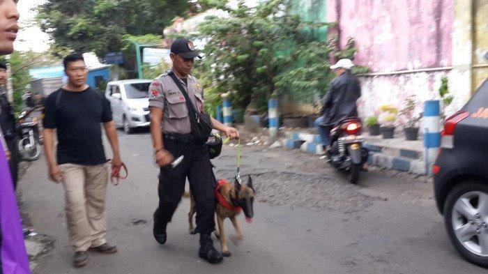 Tim K-9 Polres Malang Kota menggunakan anjing pelacak untuk mengungkap kasus mutilasi wanita 34 tahun di Pasar Besar, Kota Malang, Rabu (15/5/2019).