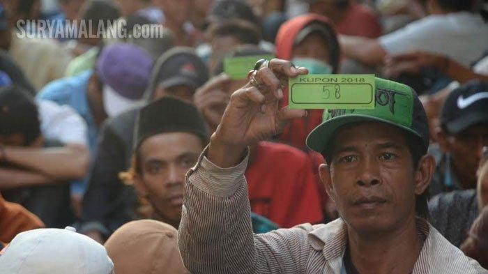 VIDEO - Ketika 2.000-an Orang Antre Zakat Maal dari Keluarga Kaya di Surabaya - antre-zakat-maal-sebanyak-2000-orang-antri_20180611_225605.jpg