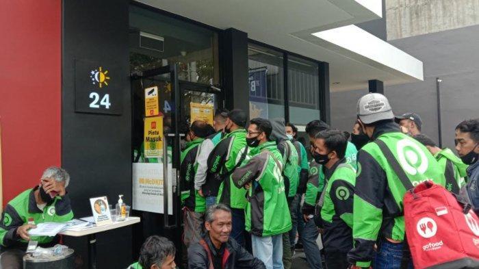 Antrean ojol pesan BTS Meal di outlet McDonald's Sunandar Priyo Sudarmo, Kelurahan Purwantoro, Blimbing, Kota Malang, Rabu (9/6/2021).