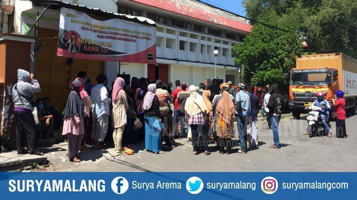 Warga Pengambil BST Mengular dan Berkerumun di Kantor Pos Besar Kebon Rojo Saat PSBB Surabaya