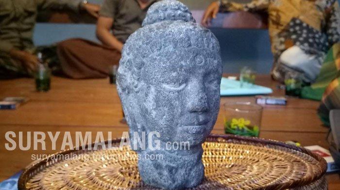 Warga Pamekasan Temukan Patung Kepala Budha di Sawah