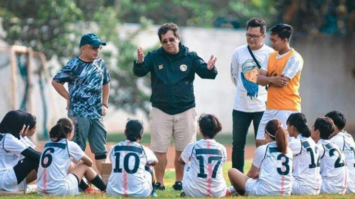 Pelatih Arema FC Carlos Oliveira saat hadir di latihan tim Arema FC putri