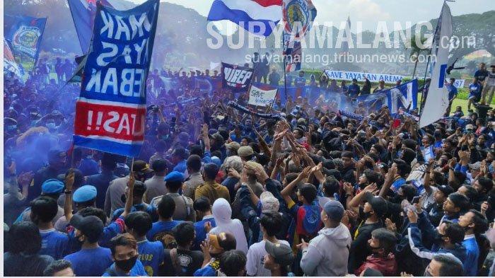 Aremania demo di depan gedung DPRD Kota Malang, Senin (16/11/2020).