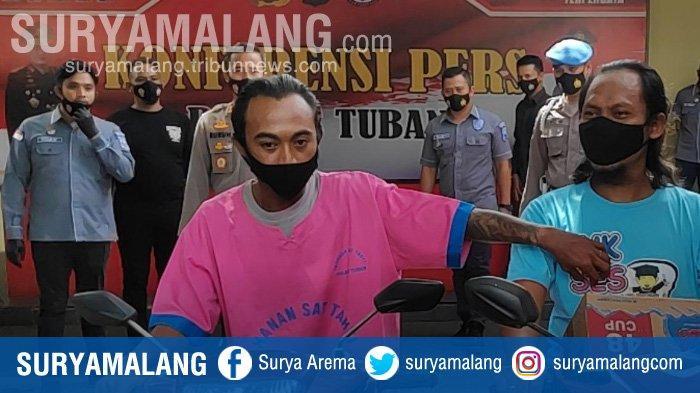 Arifin (kanan) pelaku begal payudara di Tuban. Melakukan reka ulang adegan saat melakukan aksinya.