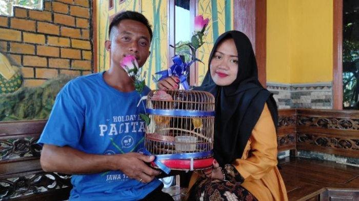 Aris Prasetyo dan Eka Maria Fransisca menunjukkan burung kenari yang dijadikan mahar pernikahan