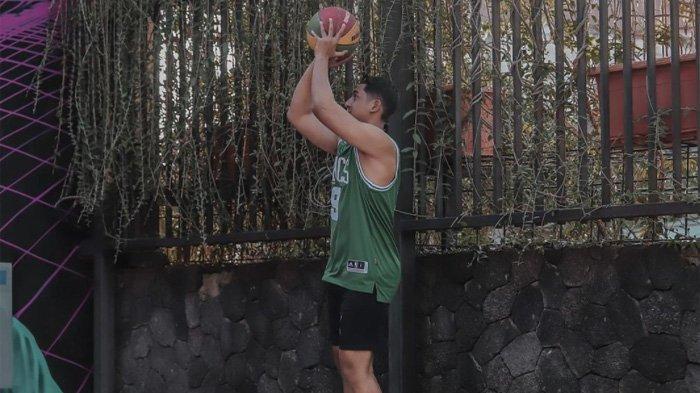Arya Saloka unjuk kebolehan main basket dalam postingannya di Instagram Rabu 28 Juli 2021
