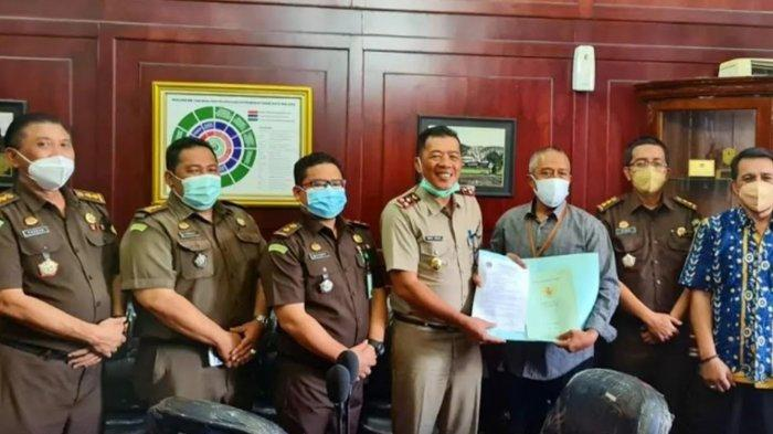 Kejari Kota Malang Serahkan Sertifikat Hasil Penyelamatan Aset Pemkot Malang Rp 11,23 M di Lowokwaru