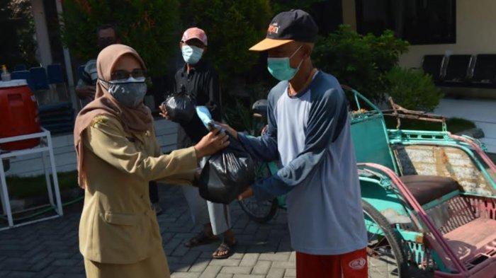 ASN Pemkot Pasuruan Urunan Sembako Bantu Warga Terdampak Pandemi Covid-19