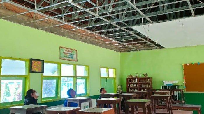 Atap Plafon laboratorium Biologi SMAN 2 Kota Batu Runtuh