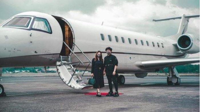 Atta Halilintar (kanan) dan Aurel Hermansyah (kiri) saat berangkat berbulan madu ke Bali menggunakan jet pribadi, Rabu (7/4/2021)
