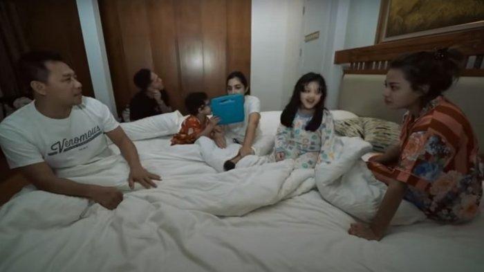 Aurel Hermansyah tidur bareng keluarga