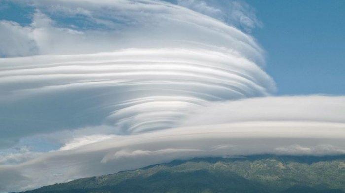 Awan berbentuk seperti angin puting beliung menyelimuti Gunung Lawu di perbatasan Jawa Tengah dan Jawa Timur, Kamis (5/11/2020).