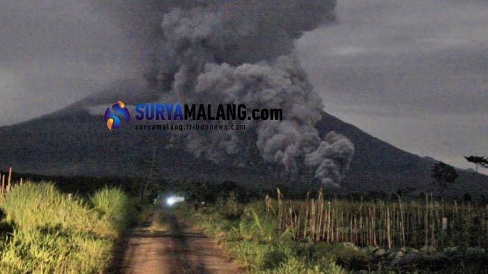 Gunung Semeru mengeluarkan awan panas letusan, Selasa (1/12/2020). Foto diambil dari jarak yang aman di salah satu wilayah di Lumajang