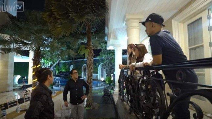 Ayu Ting Ting bersama pemain Lapor Pak Trans 7 ke rumah Andre Taulany