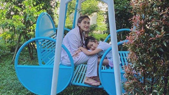 4 Foto Ayu Ting Ting saat Social Distancing di Villa Puncak Bogor, Lihat Potret Dia di Kolam Renang