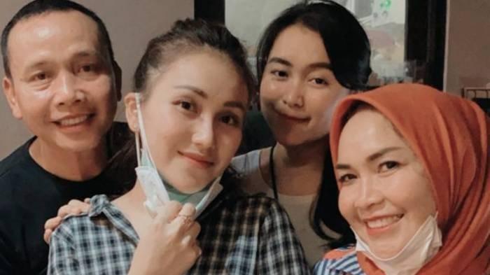Foto Aneh Umi Kalsum Bersama Ayu Ting Ting, Desas-desus Batal Nikah Menguat, Adit Jayusman 'Hilang'