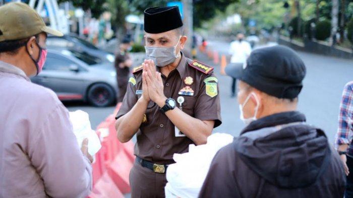 Kejari Batu dan Jurnalis Bagi-Bagi Takjil Ramadan 2021 ke Warga