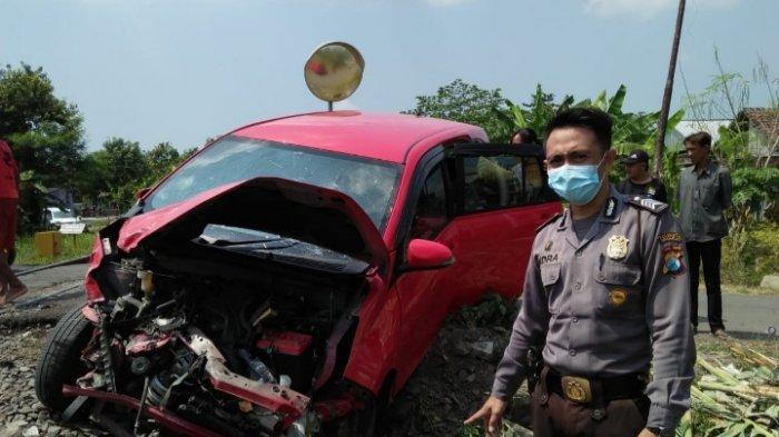 Mobil Hancur Akibat Tertabrak KA di Perlintasan Tanpa Palang Pintu di Sidoarjo, Sopir Selamat