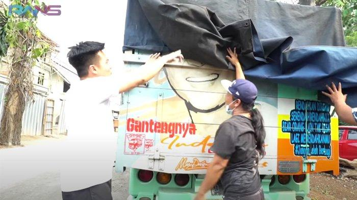 Baim Wong siap-siap membuka truk untuk memberi hadiah ke Rafathar