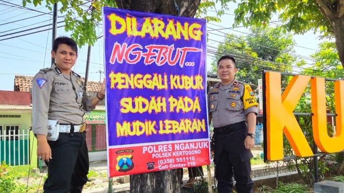 Ingatkan Pengendara Waspada Dan Hati-hati, Polisi Pasang Baliho Ngeri Di Jalan Kertosono-Nganjuk