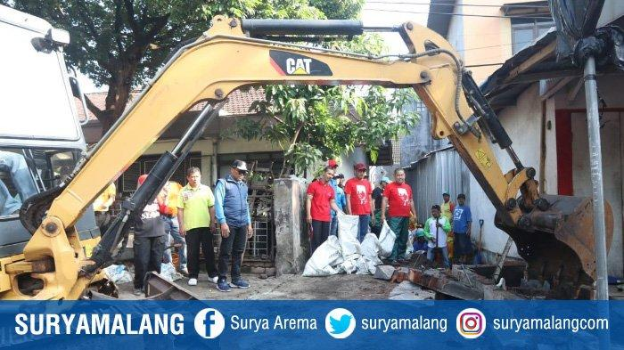 Cegah Banjir, Bangunan Nakal yang Menutupi Saluran Drainase di Kota Malang Dibongkar Petugas