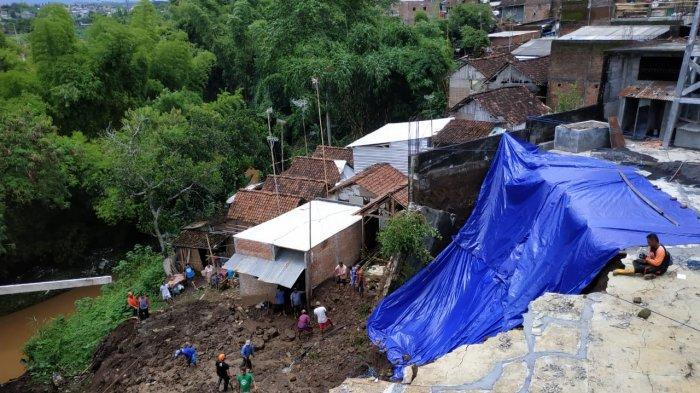 Bangunan Pabrik Kerupuk Di Kota Malang Longsor Timpa Dua Rumah, Dampak Hujan Lebat Semalam